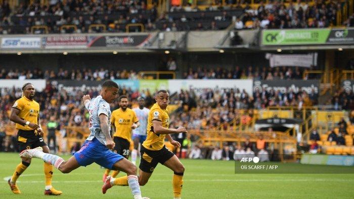 Striker Manchester United Inggris Mason Greenwood (kiri) mencetak gol pembuka selama pertandingan sepak bola Liga Premier Inggris antara Wolverhampton Wanderers dan Manchester United di stadion Molineux di Wolverhampton, Inggris tengah pada 29 Agustus 2021.