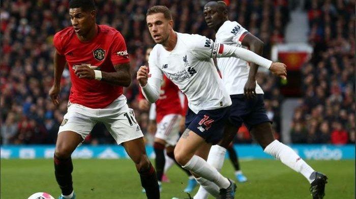 Striker Manchester United, Marcus Rashford, berjibaku dengan kapten Liverpool, Jordan Henderson, pada laga pekan kesembilan Liga Inggris di Stadion Old Trafford, 20 Oktober 2019.