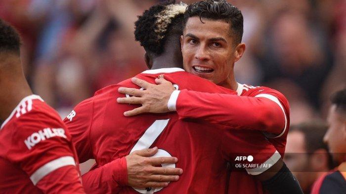 Striker Manchester United Portugal Cristiano Ronaldo (kanan) merayakan dengan gelandang Manchester United Prancis Paul Pogba (kanan) setelah mencetak gol kedua mereka selama pertandingan sepak bola Liga Premier Inggris antara Manchester United dan Newcastle di Old Trafford di Manchester, barat laut Inggris, pada 11 September , 2021.
