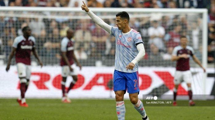 Striker Manchester United Portugal Cristiano Ronaldo (tengah) merayakan setelah mencetak gol pertama mereka selama pertandingan sepak bola Liga Premier Inggris antara West Ham United dan Manchester United di The London Stadium, di London timur pada 19 September 2021.