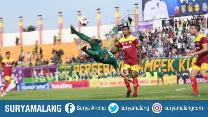 Striker Persebaya, Patrich Wanggai melakukan tendangan salto dalam laga Persebaya Vs Persik Kediri di ajang Piala Gubernur Jatim, Senin (10/2/2020).