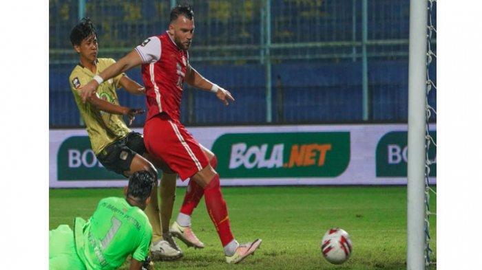 Striker Persija Jakarta, Marko Simic saat mencetak gol ke gawang Barito Putera pada babak perempat final Piala Menpora 2021 di Stadion Kanjuruhan, Malang, Sabtu (10/4/2021).