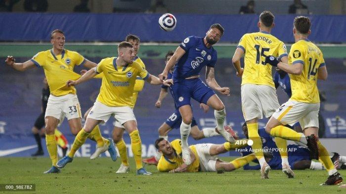 Striker Prancis Chelsea Olivier Giroud (tengah) menyundul bola ke gawang tetapi gagal mencetak gol selama pertandingan sepak bola Liga Premier Inggris antara Chelsea dan Brighton dan Hove Albion di Stamford Bridge di London pada 20 April 2021.