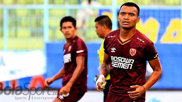 Striker PSM Makassar, Ferdinand Sinaga, saat tampil melawan Arema FC padada laga pekan kedelapan Liga 1 2018 di Stadion Kanjuruhan Kabupaten Malang, Jawa Timur, Minggu (13/05/2018) sore.