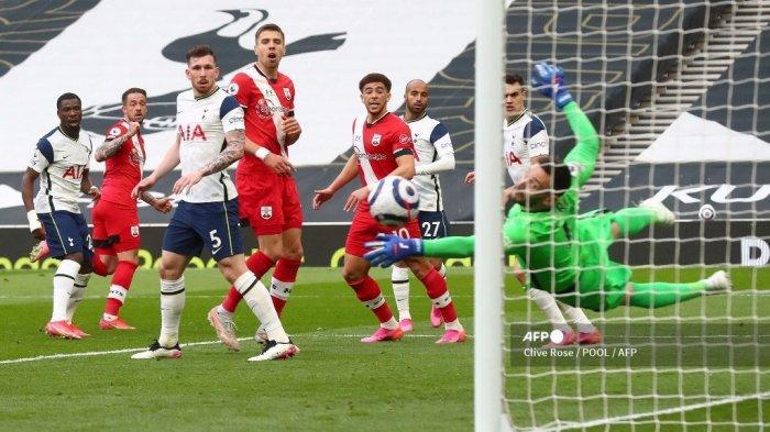 Striker Inggris Southampton Danny Ings (2L) mencetak gol pembuka selama pertandingan sepak bola Liga Premier Inggris antara Tottenham Hotspur dan Southampton di Tottenham Hotspur Stadium di London, pada 21 April 2021. Clive Rose / POOL / AFP
