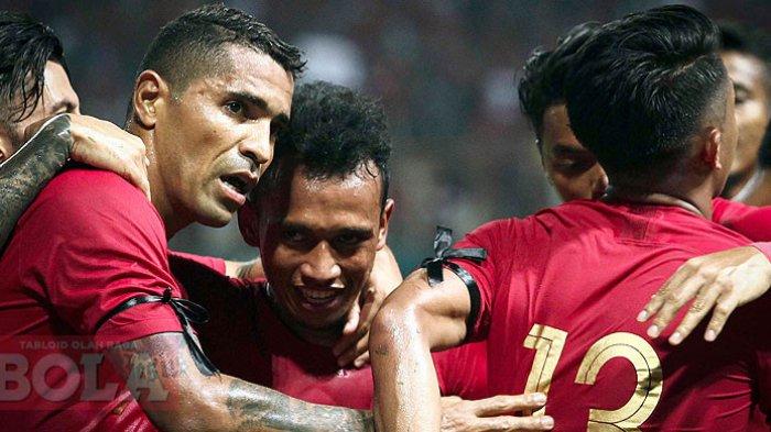 Striker timnas Indonesia, Beto Goncalves (kiri), merayakan gol saat melawan Myanmar pada laga uji coba di Stadion Wibawa Mukti, Cikarang, Jawa Barat. Rabu (10/10/18). Timnas Indonesia akan berlaga di Piala AFF 2018 pada November nanti, ini jadwalnya.