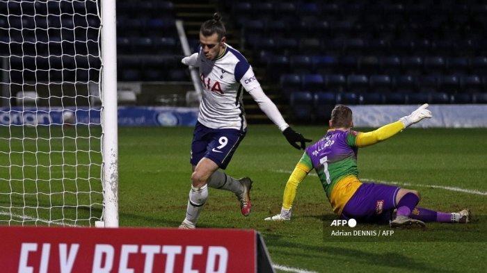 Striker Tottenham Hotspur asal Wales, Gareth Bale (kanan) merayakan gol pertama mereka dalam pertandingan sepak bola putaran keempat Piala FA Inggris antara Wycombe Wanderers dan Tottenham Hotspur di Stadion Adams Park di High Wycombe, barat London pada 25 Januari 2021.