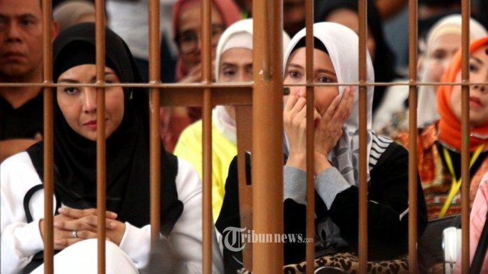 Ekspresi Inneke Koesherawati setelah mendengarkan vonis yang dijatuhkan majelis hakim kepada suaminya Fahmi Darmawansyah dalam sidang putusan kasus suap kepada eks Kalapas Sukamiskin Wahid Husein, di Pengadilan Tipikor Bandung, Jalan LLRE Martadinata, Kota Bandung, Rabu (20/3/2019). Terdakwa Fahmi mendapat hukuman penjara 3,5 tahun dan denda sebanyak Rp 100 juta. (TRIBUN JABAR/GANI KURNIAWAN)