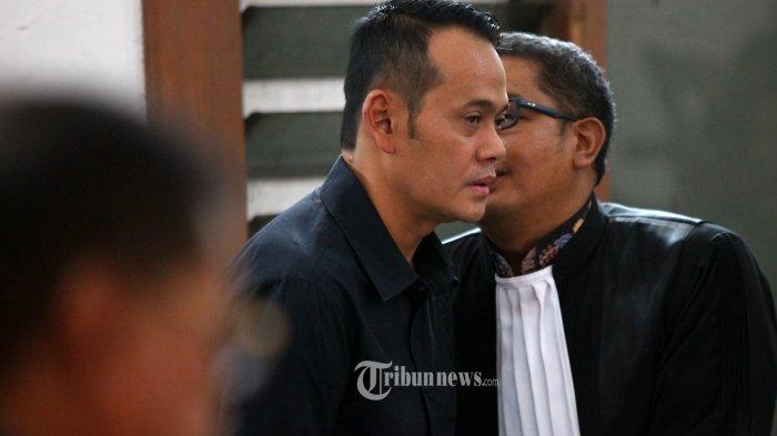 Terdakwa Fahmi Darmawansyah berkonsultasi kepada penasihat hukumnya setelah mendengarkan vonis yang dibacakan majelis hakim dalam sidang putusan kasus suap kepada eks Kalapas Sukamiskin Wahid Husein, di Pengadilan Tipikor Bandung, Jalan LLRE Martadinata, Kota Bandung, Rabu (20/3/2019). Suami Inneke Koesherawati itu, mendapat hukuman penjara 3,5 tahun dan denda sebanyak Rp 100 juta. (TRIBUN JABAR/GANI KURNIAWAN)