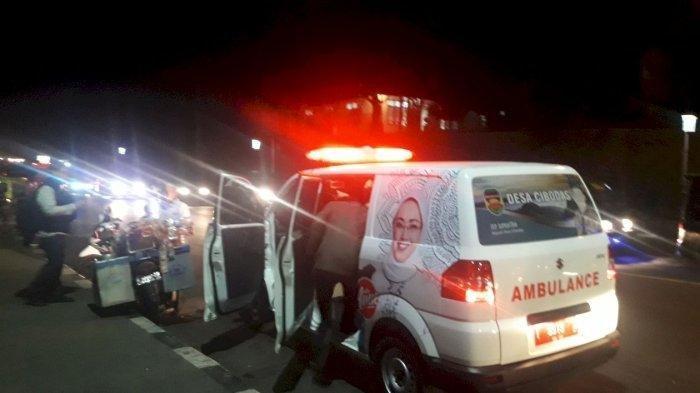 Yahya saat memasuki ambulans di depan Pos 5 A Polres Purwakarta, persisnya pintu tol, di Kabupaten Purwakarta, Jumat (6/9/2019) malam. Tribunjabar.id/Ery Chandra