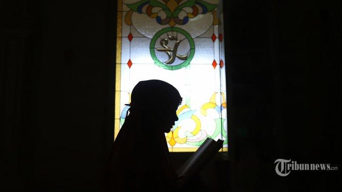 Warga saat membaca al quran di Masjid Al Amanah, Bekasi, Jawa Barat, Senin (3/5/2021).