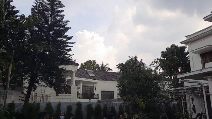 Suasana antara rumah Hotma Sitompul dan Desiree Tarigan yang diberi pembatas seng, Senin (29/3/2021). (video capture)
