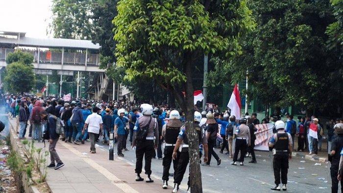 Ditembaki Gas Air Mata oleh Polisi, Massa Balas dengan Lemparan Batu Jelang Maghrib