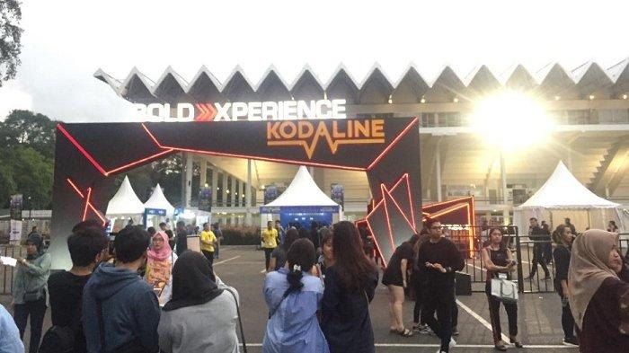 Jelang Konser Kodaline, Muda-mudi Padati Pintu Masuk Istora Senayan