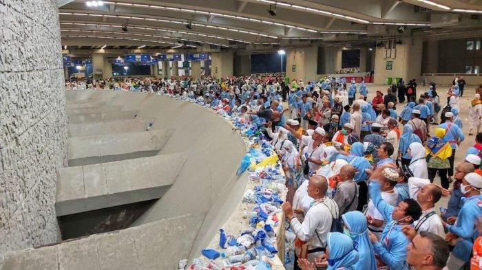 Suasana di Jamaraat ketika jemaah haji melaksanakan prosesi lempar jumrah, Rabu (14/8/2019) dini hari Waktu Arab Saudi (Tribunnews/Bahaudin/MCH219)