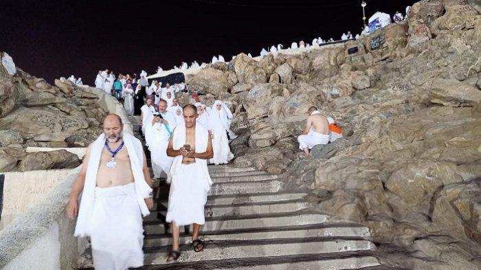 Suasana di puncak Jabal Rahmah, Sabtu (10/8/2019) dini hari Waktu Arab Saudi. Ribuan jemaah haji dari berbagai negara incar posisi wukuf di Jabal Rahmah yang diyakini sebagai tempat bertemuanya Nabi Adam dan Hawa. (Tribunnews/Muhammad Husain Sanusi/MCH2019).