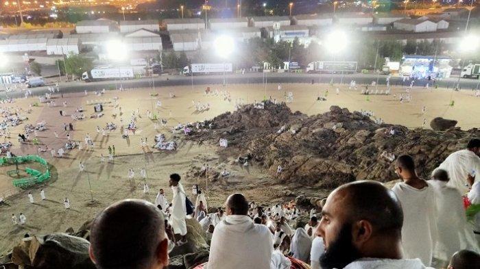 Mengukir Jejak Cinta di Jabal Rahmah, Jemaah Haji Tinggalkan Coretan Love dan Foto