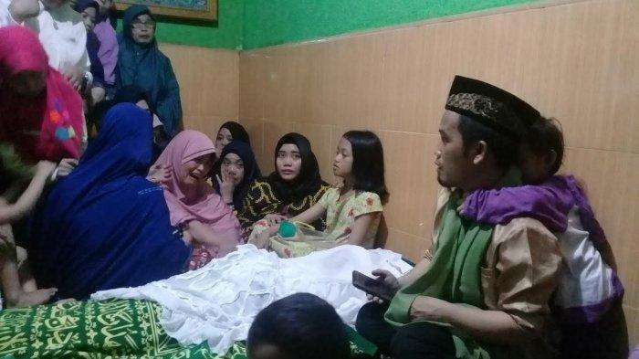 Suasana di rumah duka istri Ustaz Nur Maulana, Minggu (20/1/2019)
