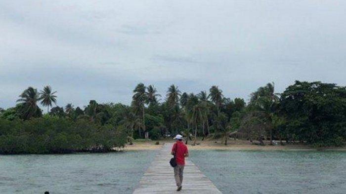 Suasana di sekitar objek wisata bahari Pulau Katang Lingga