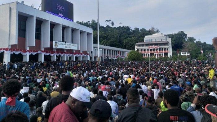 Warga Papua dan Papua Barat memprotes tindakan kekerasan dan rasis terhadap mahasiswa asal Papua di Kota Suarabaya, Jawa Timur, Jumat pekan lalu. Ribuan orang mendatangi kantor Gubernur Papua, di Jalan Soa Siu Dok 2 Jayapura, Senin (19/8/2019)