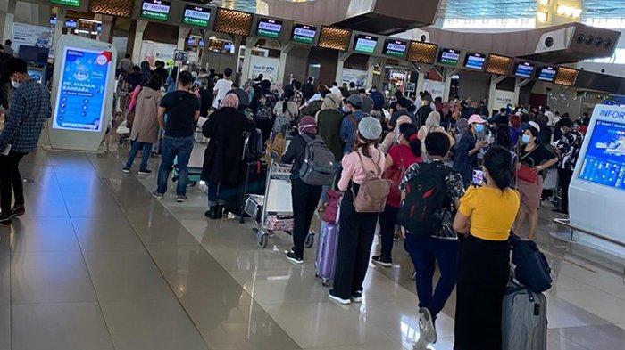 Sejumlah penumpang di Bandara Soekarno Hatta merasa kebingungan dengan kebijakan pemerintah yang mewajibkan penumpang pesawat melakukan tes antigen. Foto suasana di Terminal 3 Bandara Soekarno Hatta, Sabtu (19/12/2020).