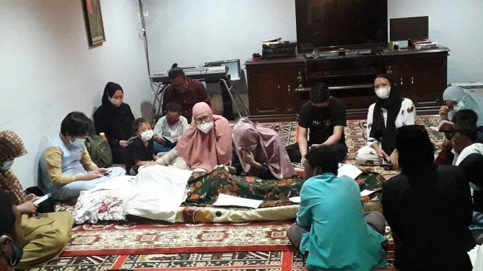 Suasana duka menyelimuti rumah almarhum Mubaligh Ramdhan Effendi atau Tan Hok Liang atau yang dikenal dengan nama Anton Medan di Kampung Bulak Rata, Kelurahan Pondok Rajeg, Kecamatan Cibinong, Kabupaten Bogor, Senin (15/3/2021).