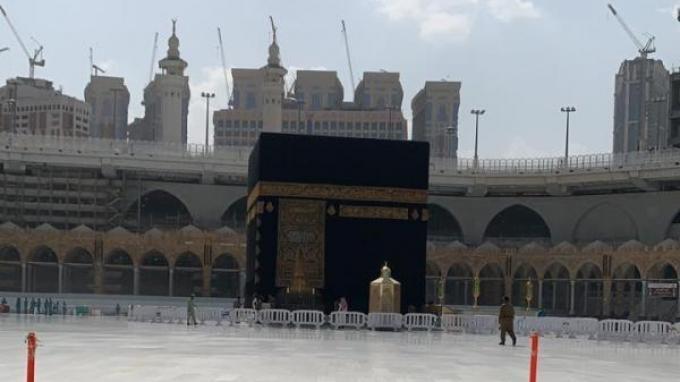 Suasana sekitaran Ka'bah di Mekkah usai aturan kegiatan umrah ditangguhkan sementara.
