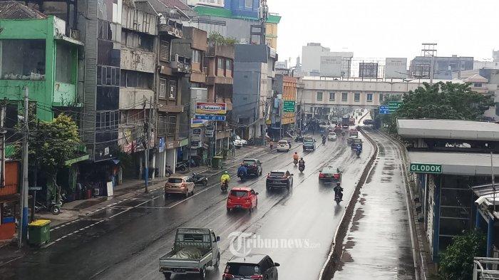 SUASANA GLODOK - Meski sebagian besar pedagang di.kawasan Glodok, Jakarta Barat, memilih menutup tempat usahanya, terkait himbauan pemerintah, tapi masih ada juga sebagian lainnya yang membuka tokonya melayani pembeli seperti terlihat, Senin (30/3/2020). Ini terlihat dari banyaknya kendaraan yang parkir dan aktifitas bongkar muat di wilayah tersebut. WARTA KOTA/Nur Icshan