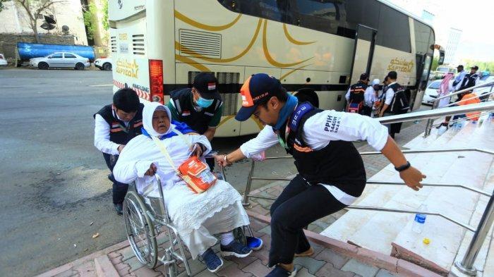 Suasana kedatangan jemaah haji Indonesia gelombang kedua di Makkah, sebanyak 455 orang jemaah haji embarkasi Ujung Pandang (UPG) tiba di hotel di daerah syisah, Kota Makkah, Sabtu (20/7/19).  Kredit