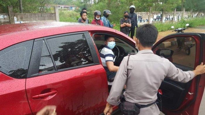 Seorang Pengemudi Nyaris Tabrak Kendaraan Lain, Malah Marah dan Menentang Polisi yang Datang Melerai