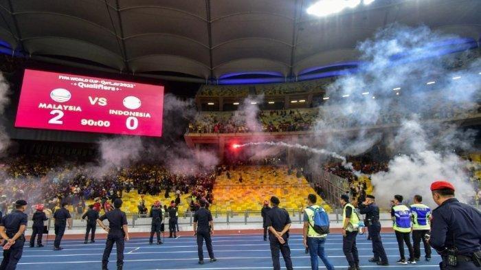 Suasana kericuhan suporter di Stadion Bukit Jalil dalam laga Malaysia vs Indonesia, Selasa (19/11/2019).