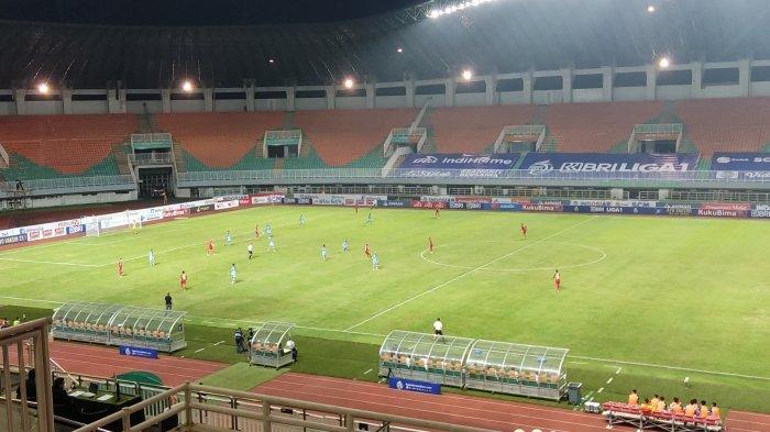 Suasana laga Persija Jakarta Vs Persela Lamongan di Stadion Pakansari, Bogor, Jawa Barat, Jumat (24/9/2021).