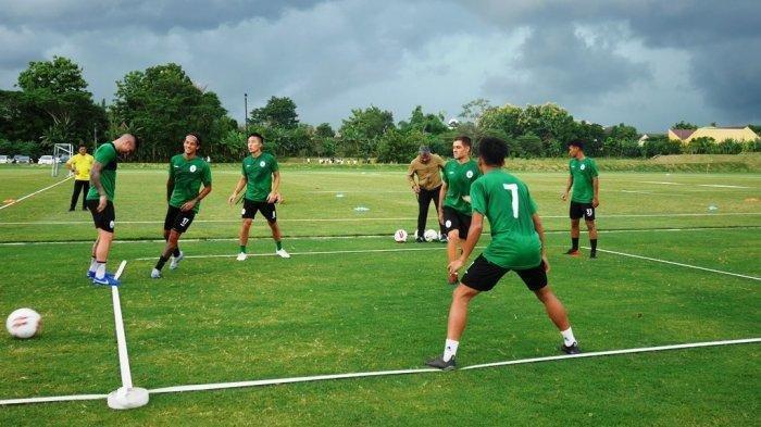 Suasana latihan skuat PSS Sleman di lapangan sepakbola YIS, Sleman beberapa waktu lalu