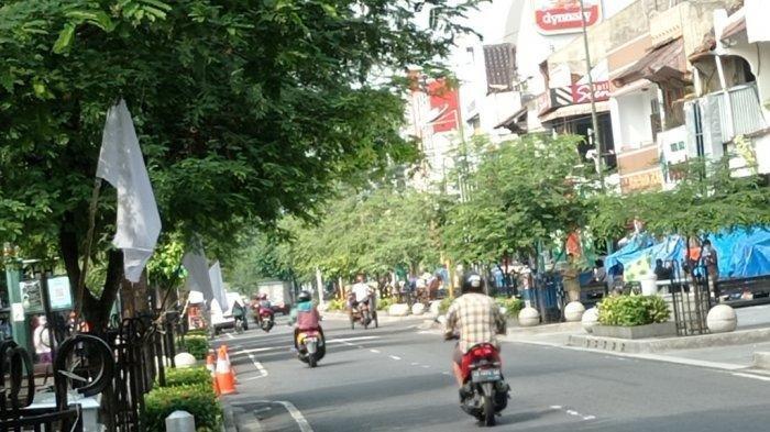 Suasana Malioboro dengan penampakan bendera putih yang terpasang, Jumat (30/7/2021).