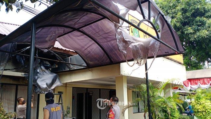 Petugas sedang membesihkan sisa-sisa penyerbuan sekelompok orang  ke Polsek Ciracas, Kramat Jati, Jakarta Timur,  sabtu(29/8/2020). Penyerangan terhadap Markas Polsek Ciracas Jakarta Timur, dini hari tadi, Sabtu, 29 Agustus 2020 bukan yang pertama. Polsek Ciracas juga pernah dibakar massa pada Selasa malam, 11 Desember 2018. WARTA KOTA/HENRY LOPULALAN
