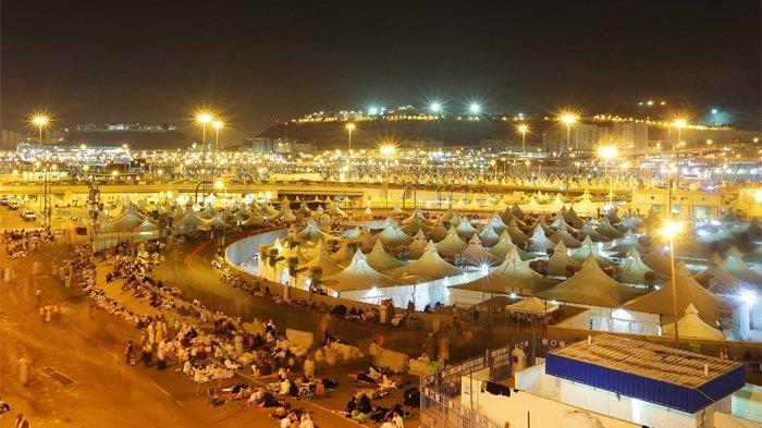 Suasana Mina malam hari dilihat dari posisi atas Jamaraat.