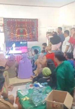 Suasana nonton bareng di kediaman Apriyani Rahayu menyaksikan final Olimpiade