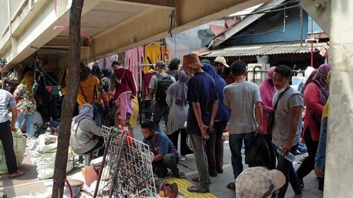 Suasana Pasar Tanah Abang dan sekitarnya dijejali ribuan pembeli pada Minggu (2/5/2021) siang. Sementara Jalan Jatibaru Raya yang bersisian dengan Stasiun Tanah Abang ditutup. (TribunJakarta.com/Dion Arya Bima Suci)
