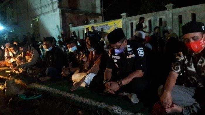 Suasana pelaksanaan pengajian akbar warga Desa Jalancagak yang mendoakan korban kasus di Subang, Kamis (9/9/2021).
