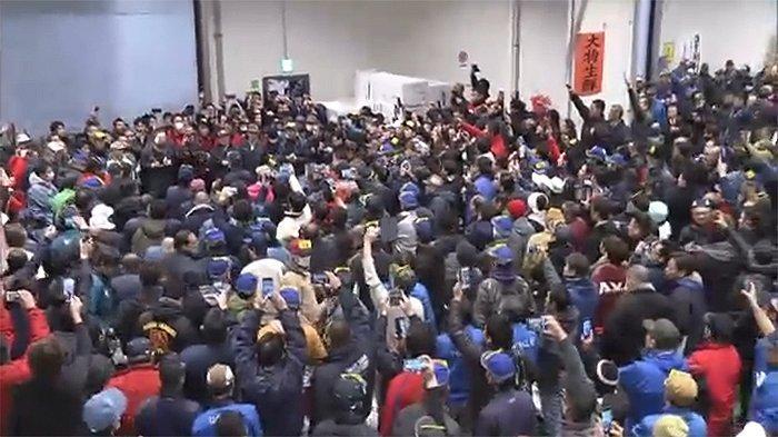 Suasana pelelangan ikan di Toyosu Tokyo Jepang, Minggu (5/1/2020).