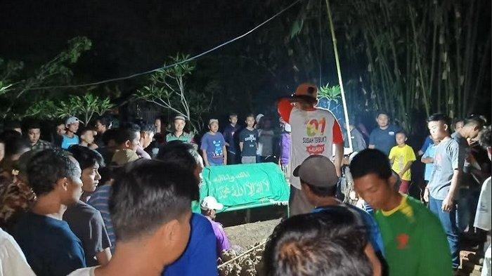 Suasana pemakaman Kuntarsih (37) korban kecelakaan maut di Tol Cipali KM 117+800 tiba di TPU Dusun Pantisari, Desa Pantianom, Kecamatan Bojong, Jawa Tengah, pukul 19.00 WIB, Kamis (14/11/2019). Tribunjateng/Indra Dwi Purnomo
