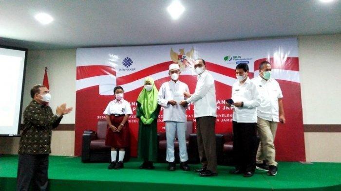 Suasana pemberian manfaat beasiswa di BPJS Ketenagakerjaan Medan, Jalan Kapten Pattimura, Rabu (21/4/2021).