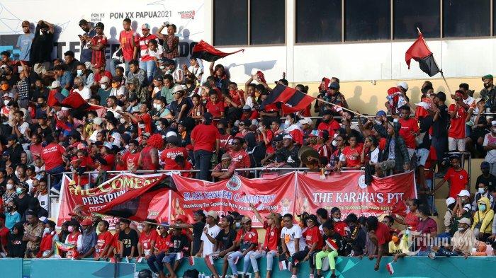 Sejumlah penonton terlihat memadati bangku penonton saat laga final sepakbola putra antara Papua vs Aceh di Stadion Mandala, Jayapura, Papua, Kamis (14/10/2021). Laga antara Papua vs Aceh dimenangkan oleh Papua dengan skor 2-0 yang membuat Papua meraih medali emas. Tribunnews/Jeprima