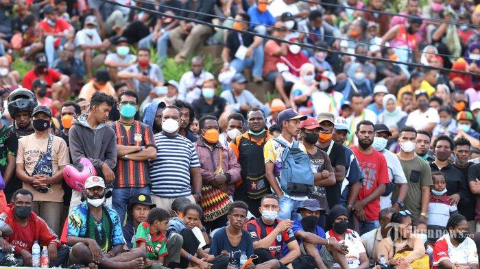 PARADE FOTO - Ribuan Orang Sesaki Stadion Laga Final Sepakbola PON Papua Vs Aceh, Penonton Meluber - suasana-penonton-saksikan-papua-vs-aceh_20211014_201031.jpg