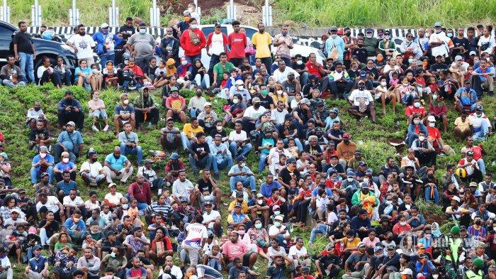 PARADE FOTO - Ribuan Orang Sesaki Stadion Laga Final Sepakbola PON Papua Vs Aceh, Penonton Meluber - suasana-penonton-saksikan-papua-vs-aceh_20211014_201037.jpg
