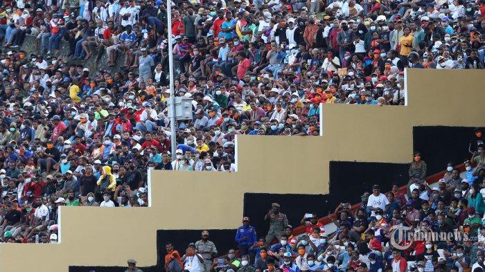 PARADE FOTO - Ribuan Orang Sesaki Stadion Laga Final Sepakbola PON Papua Vs Aceh, Penonton Meluber - suasana-penonton-saksikan-papua-vs-aceh_20211014_201050.jpg