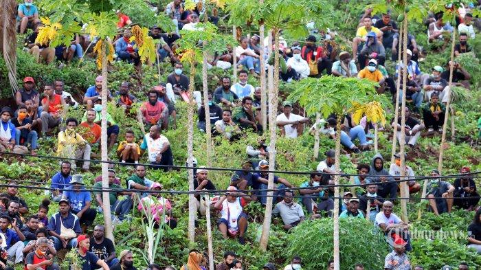 PARADE FOTO - Ribuan Orang Sesaki Stadion Laga Final Sepakbola PON Papua Vs Aceh, Penonton Meluber - suasana-penonton-saksikan-papua-vs-aceh_20211014_201056.jpg