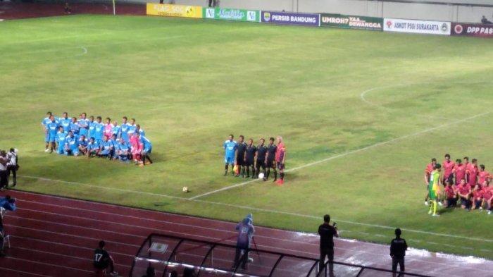 Suasana pertandingan Pemkot Solo vs Pemprov Jateng saat acara peresmian Stadion Manahan