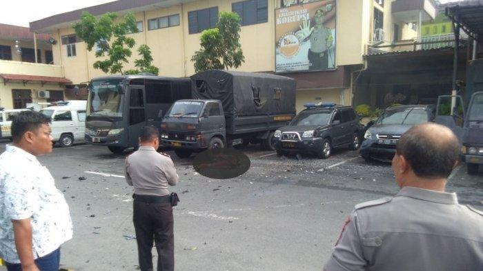 Suasana Polrestabes Kota Medan setelah adanya bom bunuh diri, Senin (13/11/2019). Tampak satu korban jiwa tergeletak