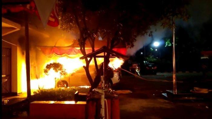 Suasana di Kantor Kepolisian Sektor Ciracas, Jakarta Timur, Sabtu (29/8/2020) dini hari saat diserang sejumlah orang tak dikenal.